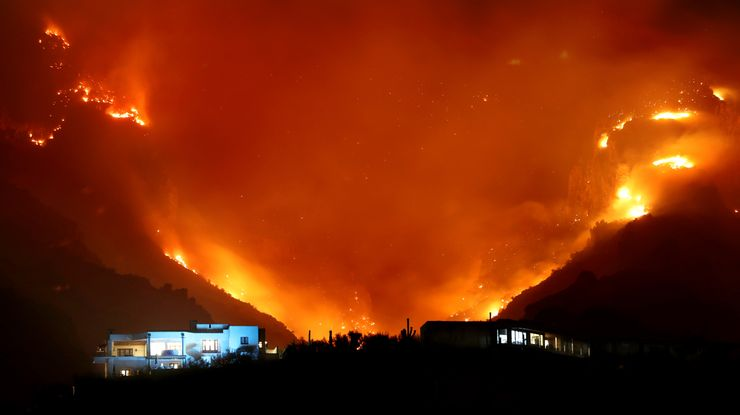 Wildfire near Tucson, Arizona, threatens hundreds of homes