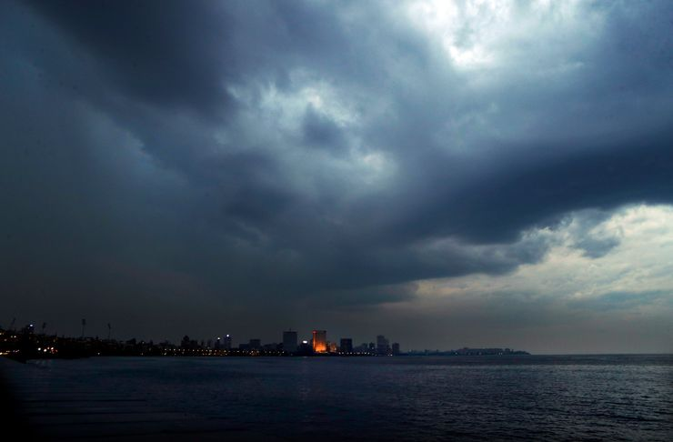Cyclone lashes India's business capital; 100,000 evacuated
