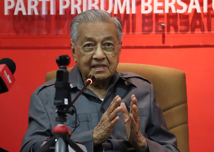 Mahathir challenges ouster from party amid party struggle
