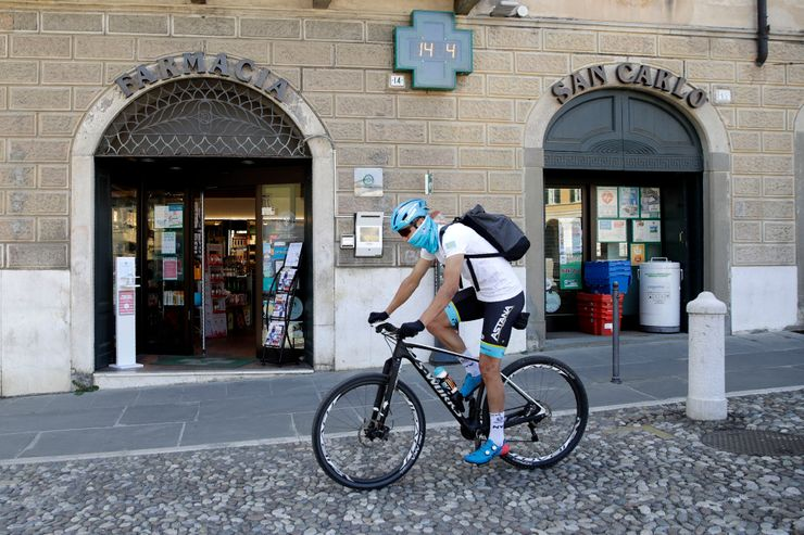 Pro cyclist in Italy uses his bike to deliver medicine