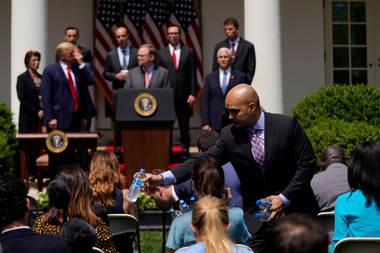 White House forces reporters to ditch social distancing