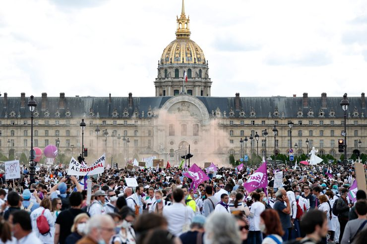 France: Protests by disgruntled police and angry activists