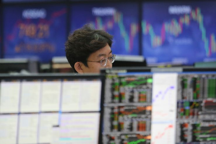 Asian shares mostly higher as US reports surging virus cases