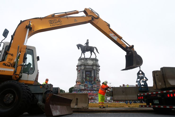 Concrete barriers installed around Lee statue in Virginia