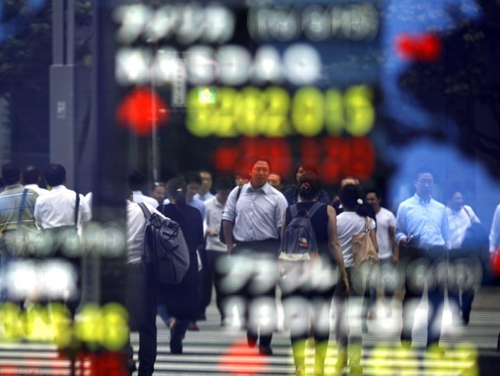 Global stocks drift lower as investors await US data