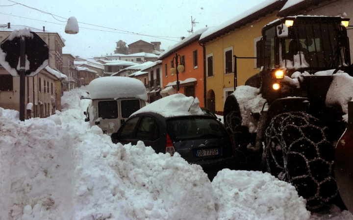 4 quakes shake Italy, isolating towns blanketed under snow