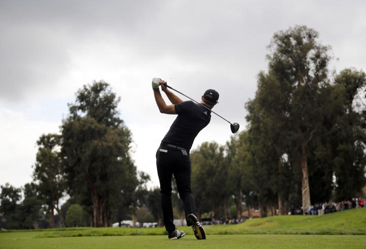 Johnson takes 36-hole lead at rainy Riviera