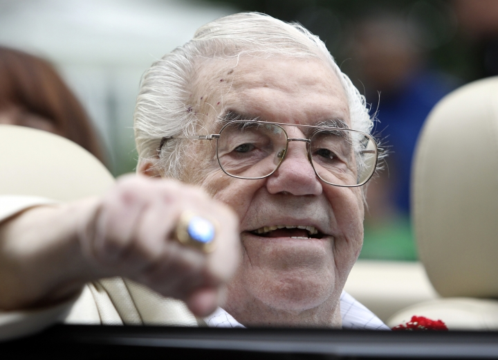 Boxing Hall of Famer Lou Duva dies at 94, handled 19 champs