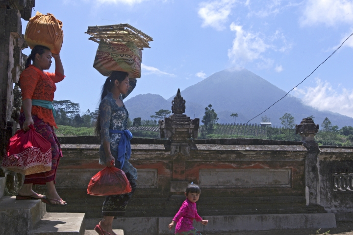 AP PHOTOS: Warnings of Bali volcano eruption spark exodus