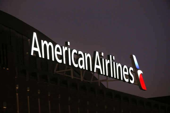 American Airlines sees profits fall in 4Q